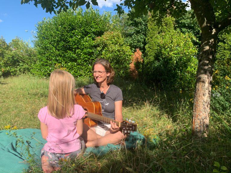 Annette spielt Gitarre