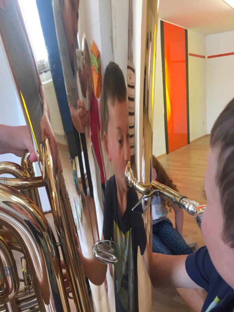 Kind spielt Tuba